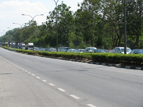 Picture of the enormous traffic queue for entry into Thailand.