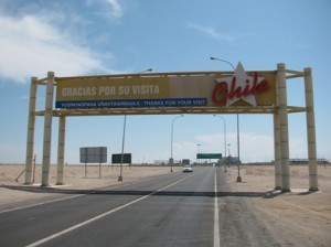 Picture of the overhead sign over the road which say 'Gracias Por Su Visita'. Thank you for your visit to Chile!